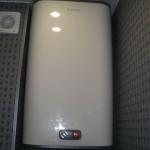 Современный водонагреватель с механическим управлением.